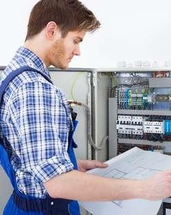 electricien devant tableau electrique Nice